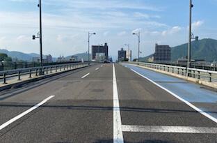 岐阜駅方面からくる場合、長良橋を渡りそのまま北に直進します。