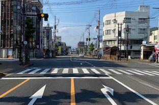 長良北町の交差点の信号(長良橋を渡り2本目の信号)を左側(西側)に曲がります。