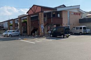 長良北町交差点の信号を左側(西側)に曲がりすぐ左手にリクシルさんが見えるので、リクシルさんの駐車場に入ると、その奥のテナントの2階にあります